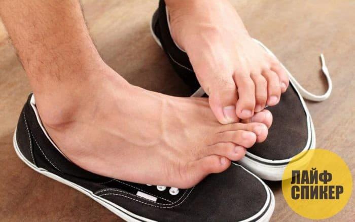 Как уменьшить потливость ног и избавиться от неприятного запаха