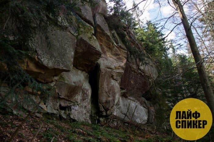 Камни, перепутья, скалы, родники в лесу