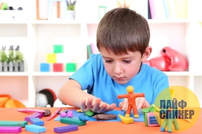 Ребёнок играет с пластилином