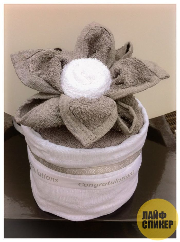 Как красиво сложить полотенце в подарок?